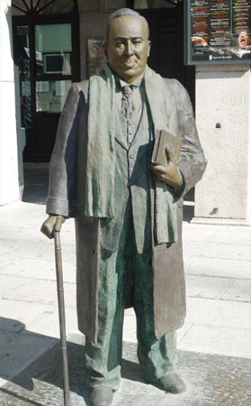 Estatua dedicada a Antonio Machado en la Plaza Mayor de Segovia