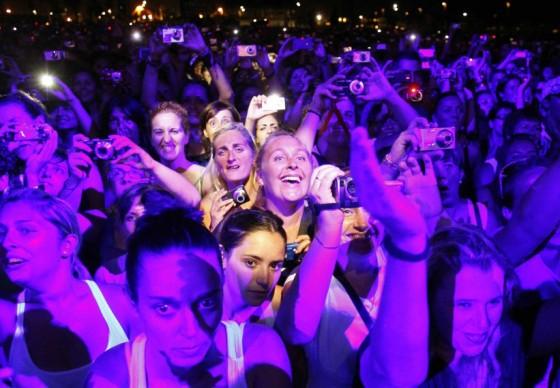 Espectadoras en un concierto de Chayanne, muchas con una cámara en la mano