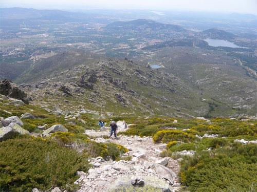 Un grupo de jubilados asciende una empinada montaña