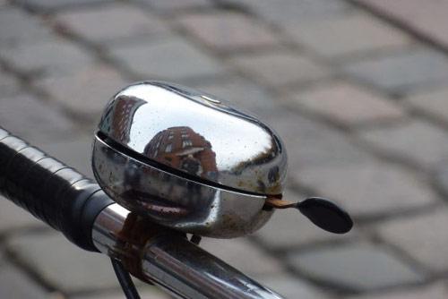 Primer plano del timbre de una bici antigua