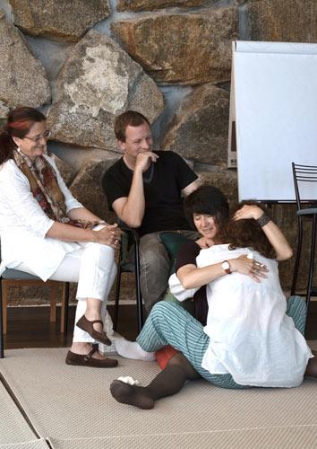 Carmen Cortés (sentada a la izquierda) y Peter Bourquin (con camiseta negra) en una sesión reciente de constelaciones familiares