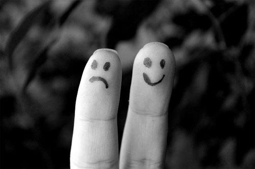 ¿Quién eres? Dos caritas pintadas. Una sonriente, la otra triste.