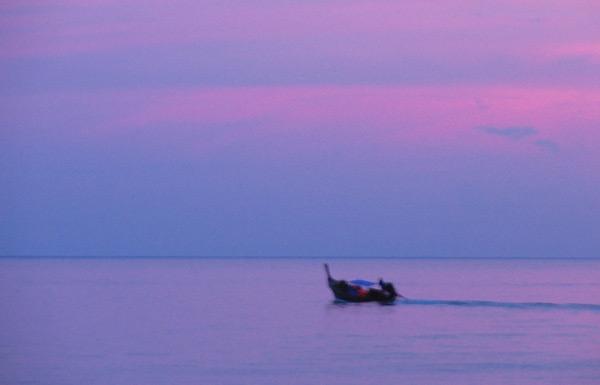 Bote de pesca al atardecer. Tailandia.