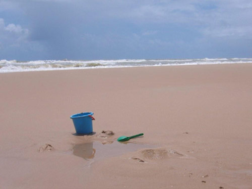 Cubo y pala en la playa. Sin gente.
