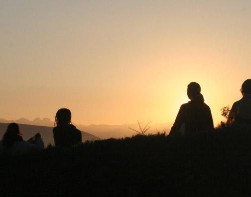 Personas contemplando la puesta del sol
