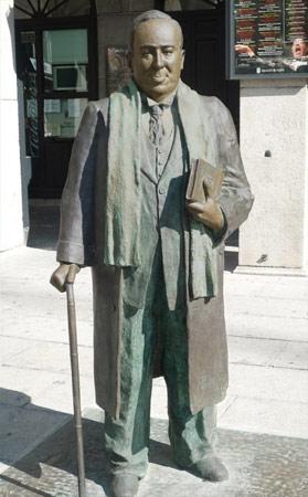 Estatua dedicada a Antonio Machado en la Plaza Mayor de Segovia