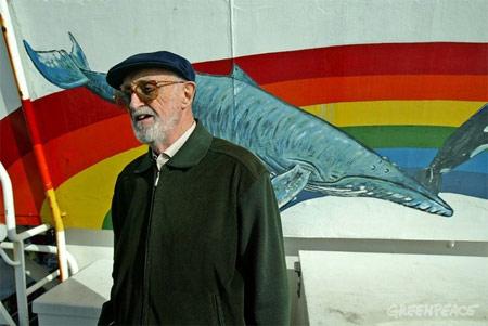 José Luis Sampedro frente el barco de Greenpeace