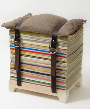 Taburete hecho con revistas apiladas